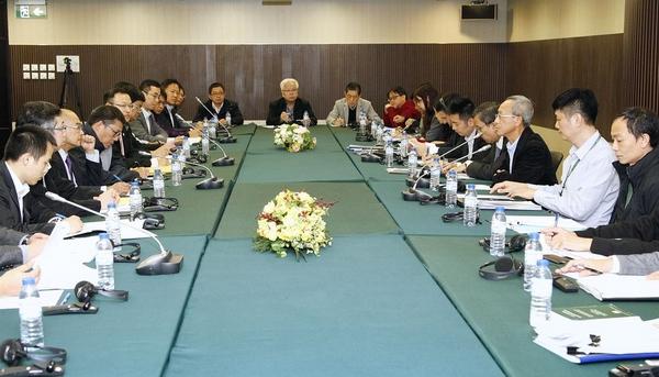 政府代表與專業團體開會
